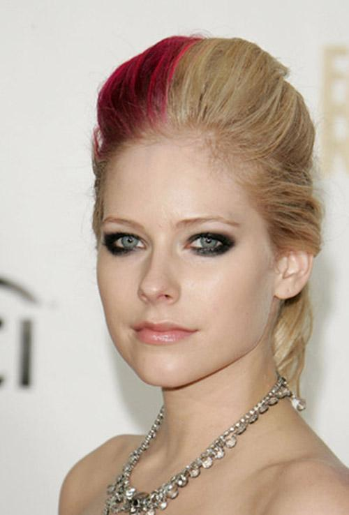 Red color blocking in blonde hairstyle