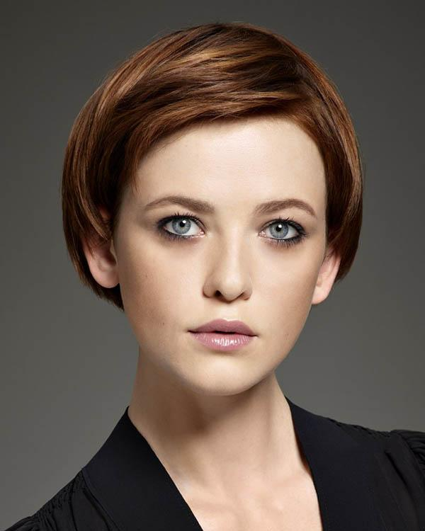 Short haircut with side parting and chestnut hair color